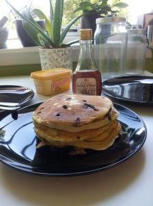 Fin stabel med blåbærpannekaker, og lønnesirupen står klar!