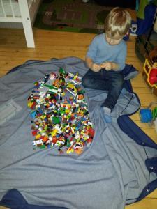 Leo ble veldig fornøyd med lego-teppet sitt!